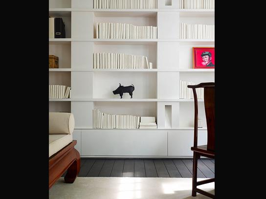 Singapore Ong&Ong woonkamer boekenkast houten vloer