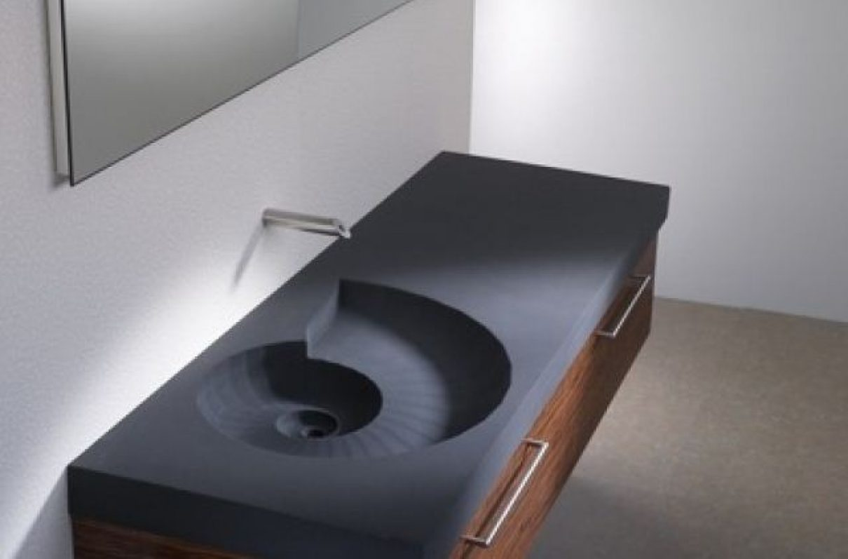 Sculpturele wastafel doet denken aan een beekje