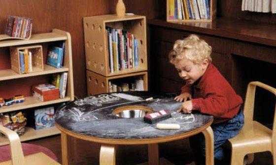 Krijtbord tafel voor de kinderen