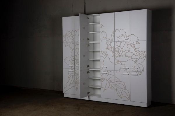 Kast Undercover Beauty van Willem Deridder; gemaakt van spaanplaat met een dun laagje wit composiet laminaat, waarin bloemen gegraveerd zijn die zo op rijke wijze de goedkope basis tonen.