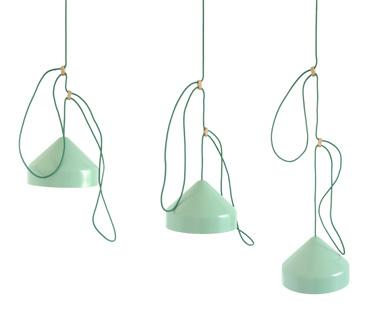 Aluminium hanglamp Lloop van Ontwerpduo voor designlabel Vij5. Door simpel het snoer in te korten of langer te maken, krijgt de lamp zijn 'decoratie'.