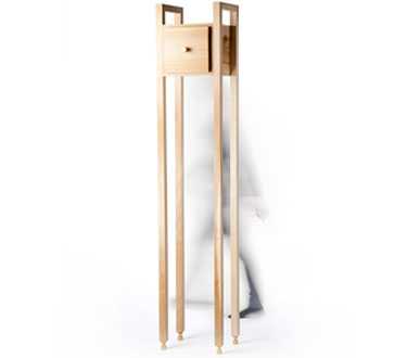 Dit houten kastje van het Eindhovense damesduo rENs (Renee en Stephanie) staat op wel hele hoge poten.