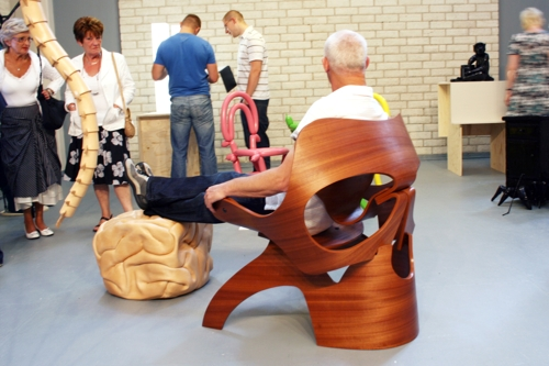 De ongewone meubel collectie Vanitas door ontwerper Vladi Rapoport bestaat uit een doodskop stoel, een ruggegraat lamp een een hersen ottoman.