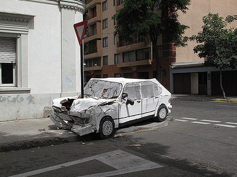 Don Lucho gecrashte auto van karton