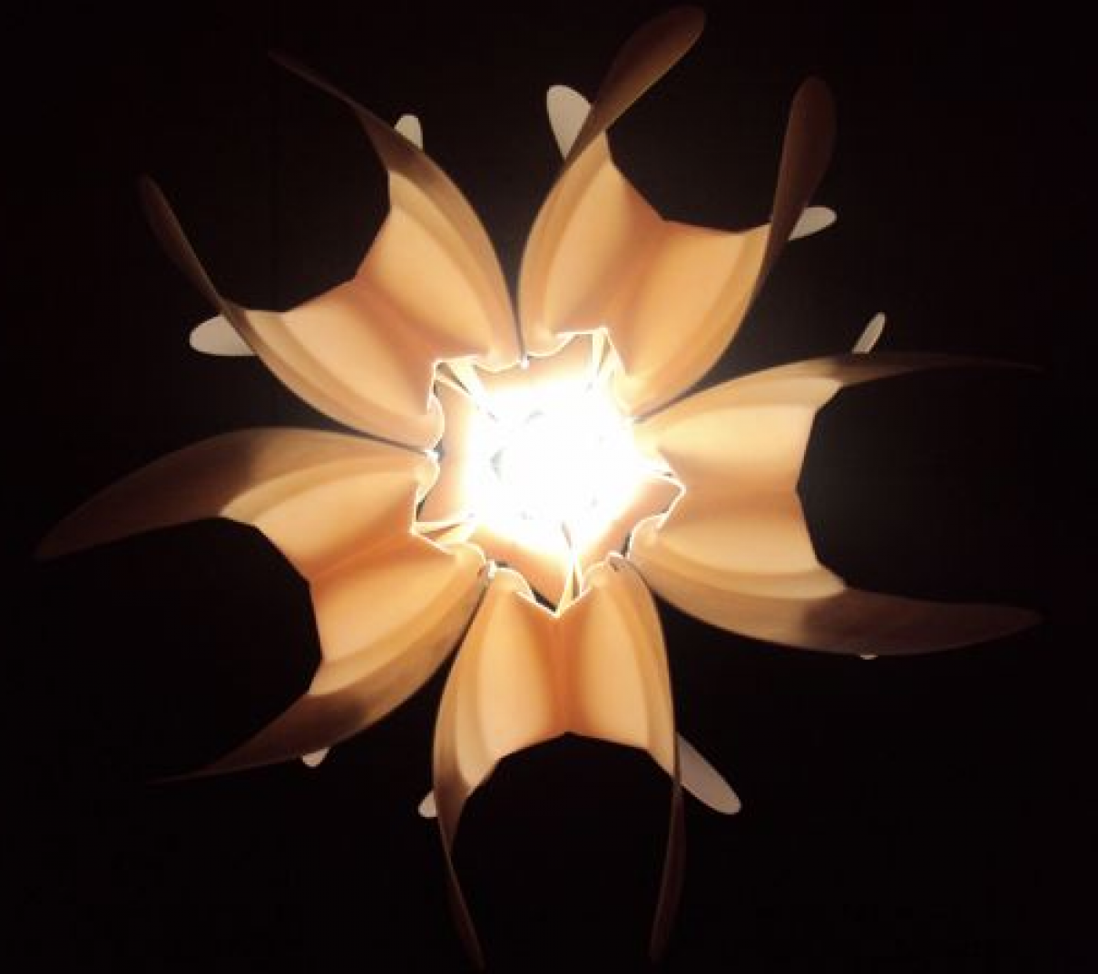 LOTO lamp van Eugenio Menjivar