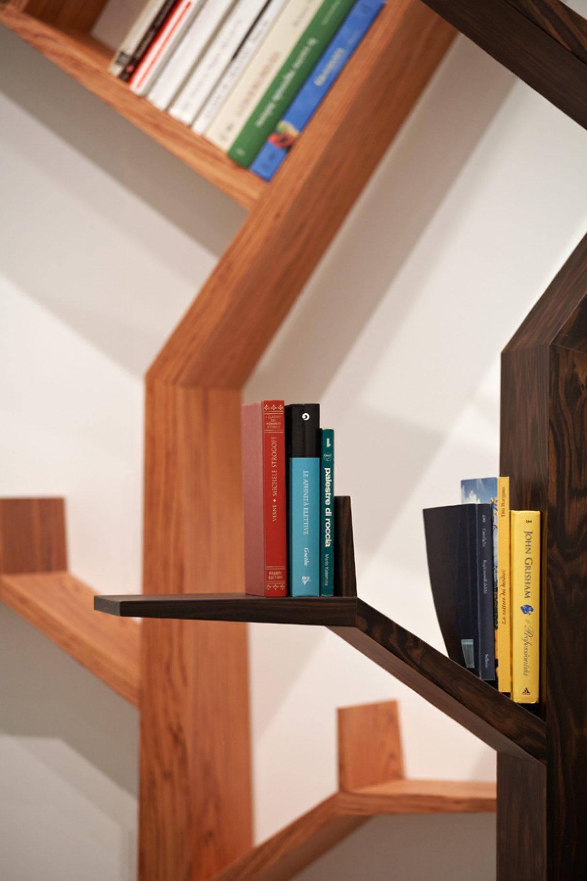 mooi en praktisch deze bomen boekenkast voor de kinderkamer en je hoeft niet eens een bosthema te hebben om hem tot zijn recht te laten komen