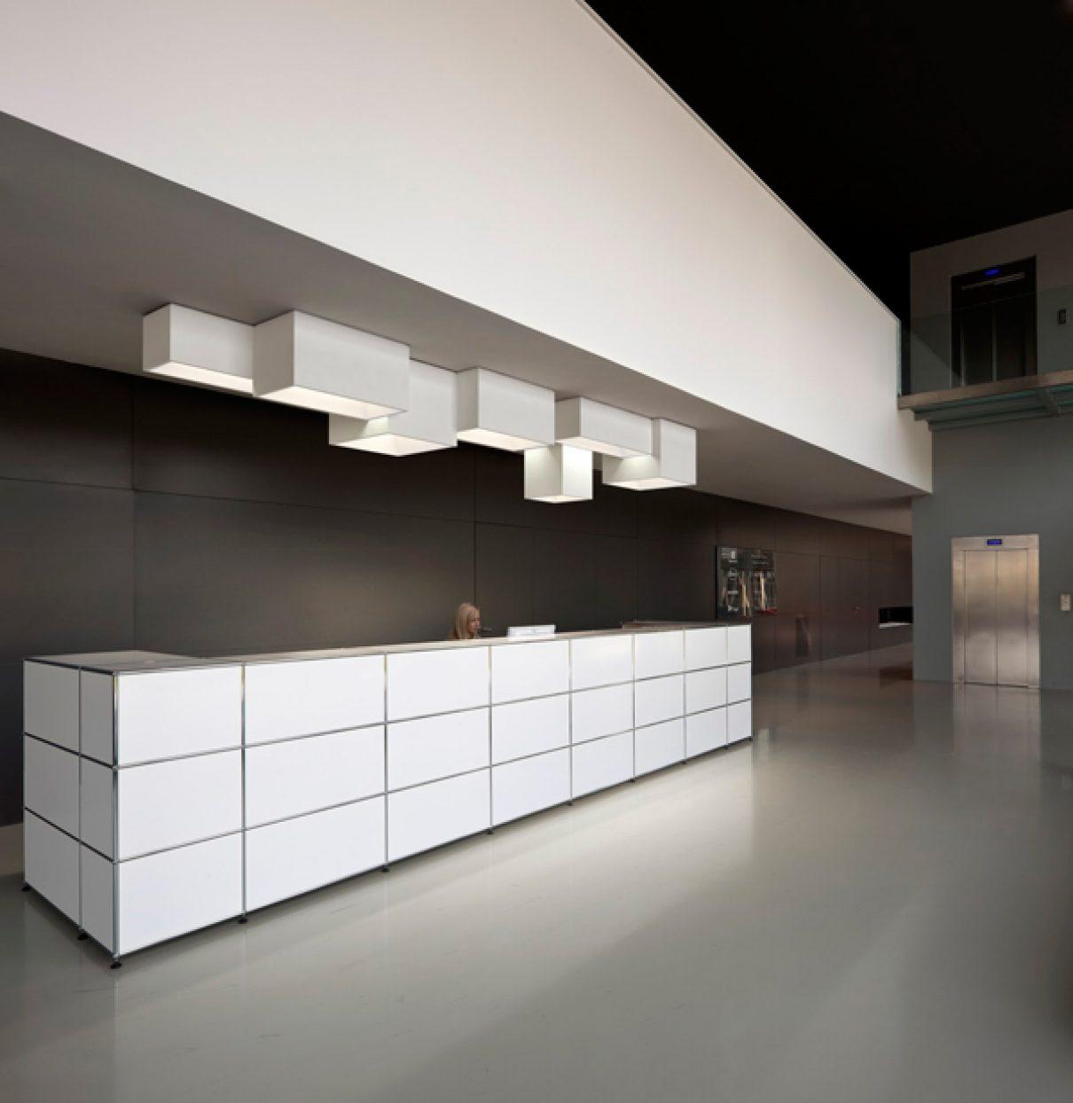 Architectuur van Vibia aan het plafond