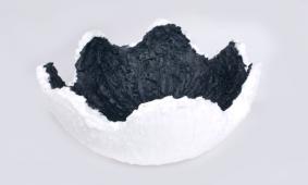 schaal-wit-zwart-materiaal-paraffine-Hanneke-Frankema