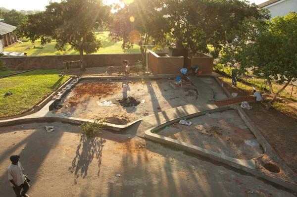 Bouw van speeltuin van Luc van Hoeckel en Pim van Baarsen in Malawi