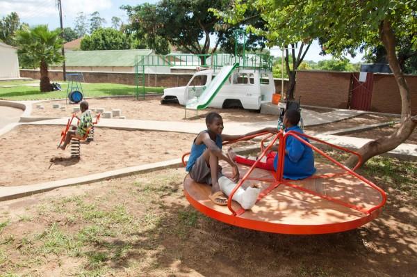 Ambulance speeltuin van Luc van Hoeckel en Pim van Baarsen in Malawi
