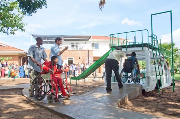 Opening ambulance speeltuin van Luc van Hoeckel en Pim van Baarsen in Malawi