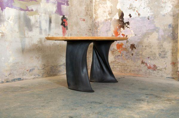 Chapli tafel met opmerkelijke rubberen poten van Wout Wessemius