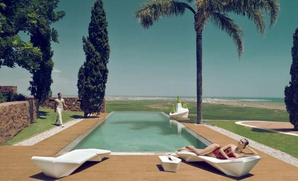 FAZ loungeset en plantenbakken bij zwembad van Vondom