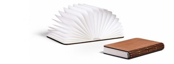 Dichte Lumio boekenlamp op magneetbord van Max Gunawan