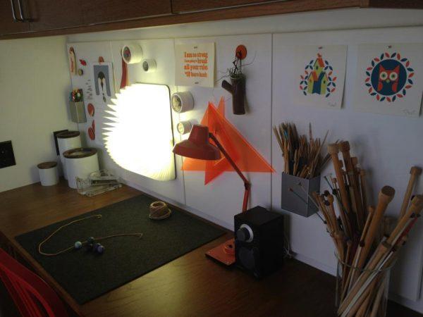 Lumio boekenlamp op een magneetbord