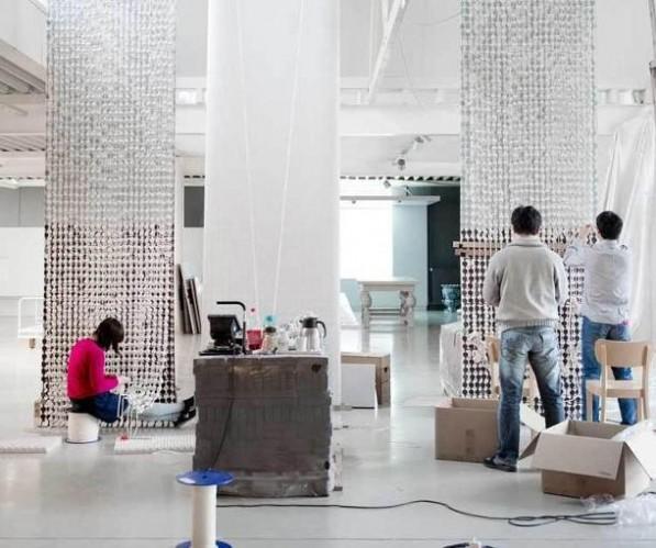 Gordijn van porseleinen kralen van Hella Jongerius voor de VN lounge in New York