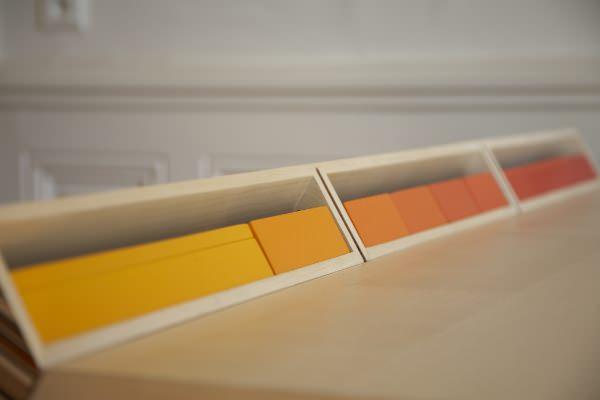 Kleurige opbergsysteem bij bureau subduction van Paul Venaille
