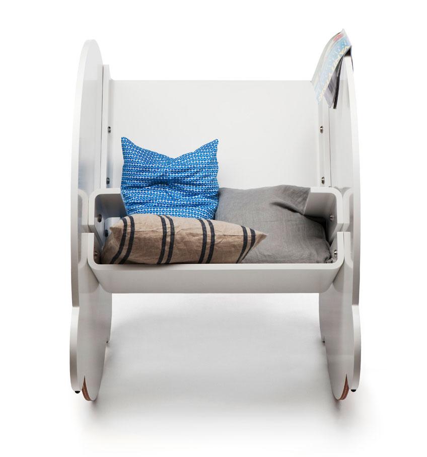 Kaarlo schommelstoel van Lincoln Kayiwa