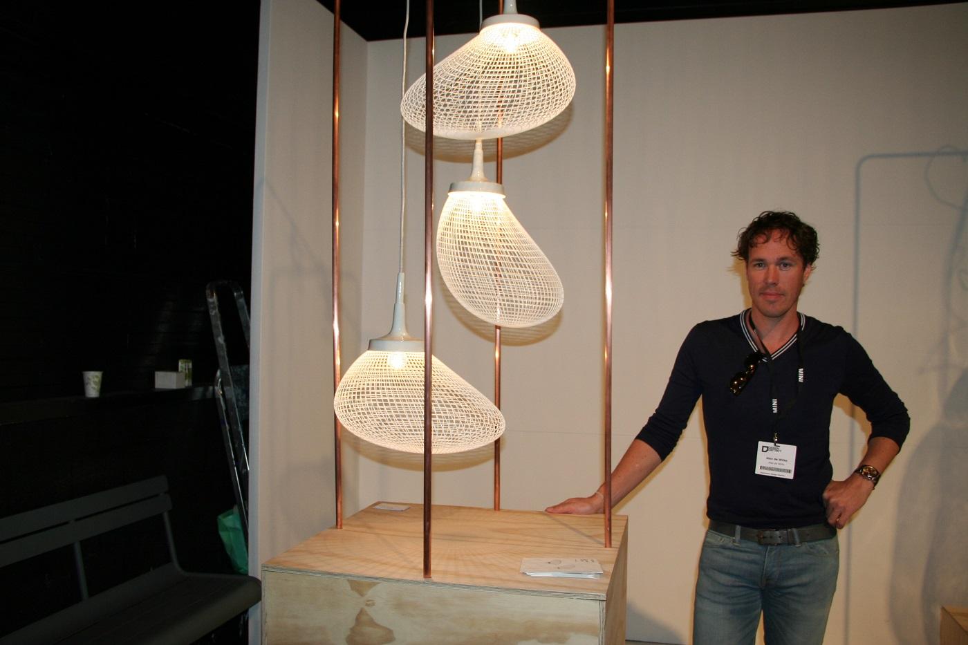 Alex de Witte bij zijn Light Breeze lampen foto Gimmii Magazine