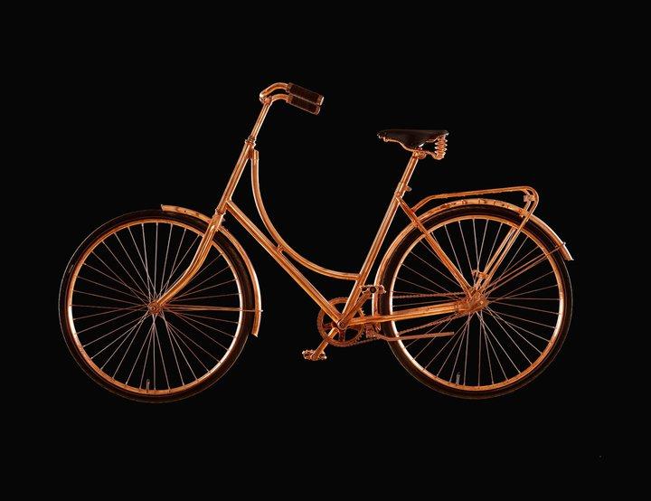Koperen fiets van Bart van Heesch met zwarte achtergrond in Gimmii Magazine