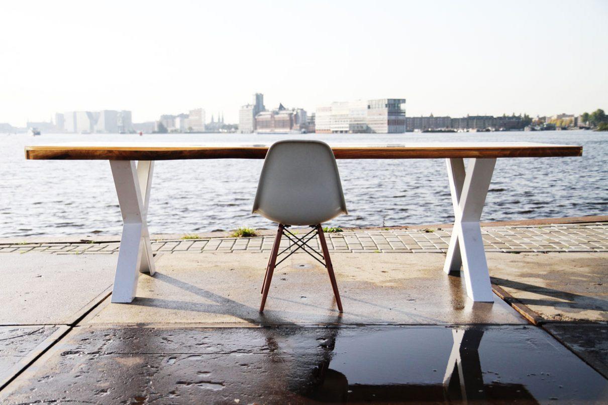 Notenhouten tafels met epoxy van VANOUDS
