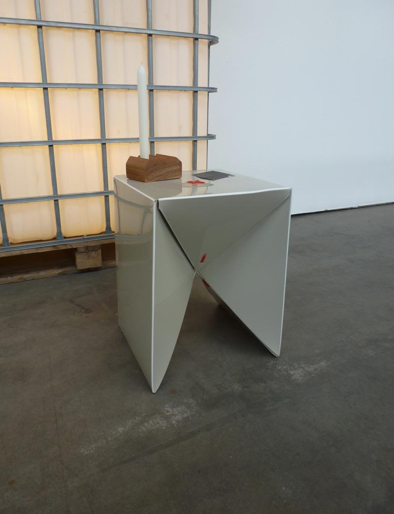 Stoel of kruk of bijzettafel Zittie van Rene-Bijsterveld passend bij zijn bureau Stittie