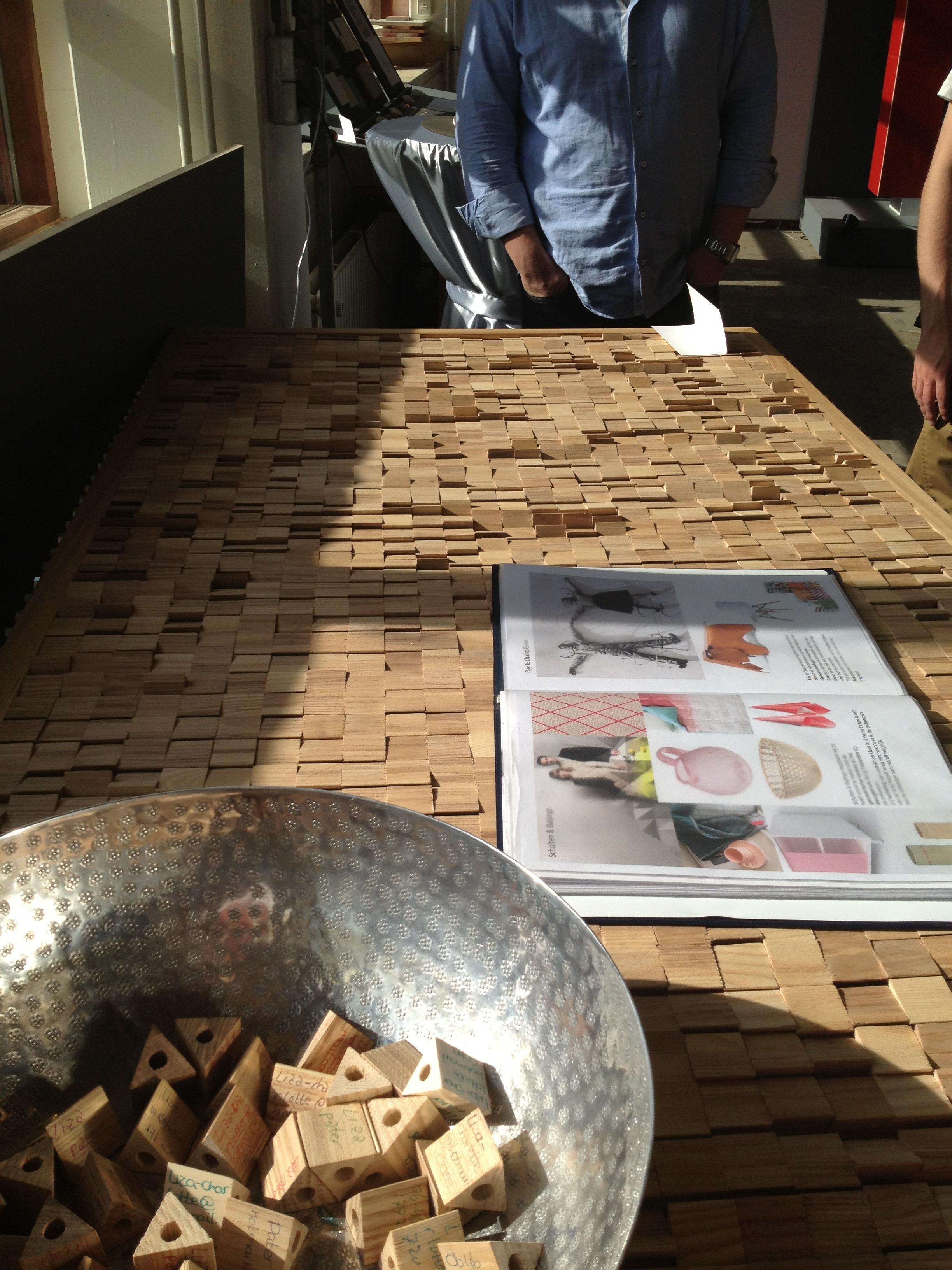 Tafel met houten blokjes van Liza Pater op HMC eindpresentatie