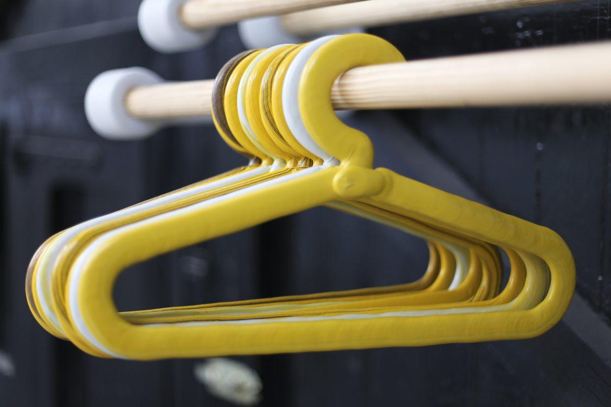 Chubby coat hanger kledinghanger geel Dirk Vander Kooij