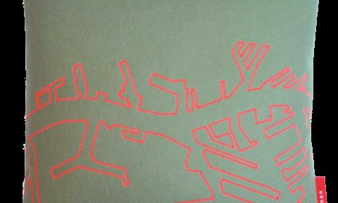 Vilten Kussen groen rood - Ode aan de Maas - Manon Garritsen