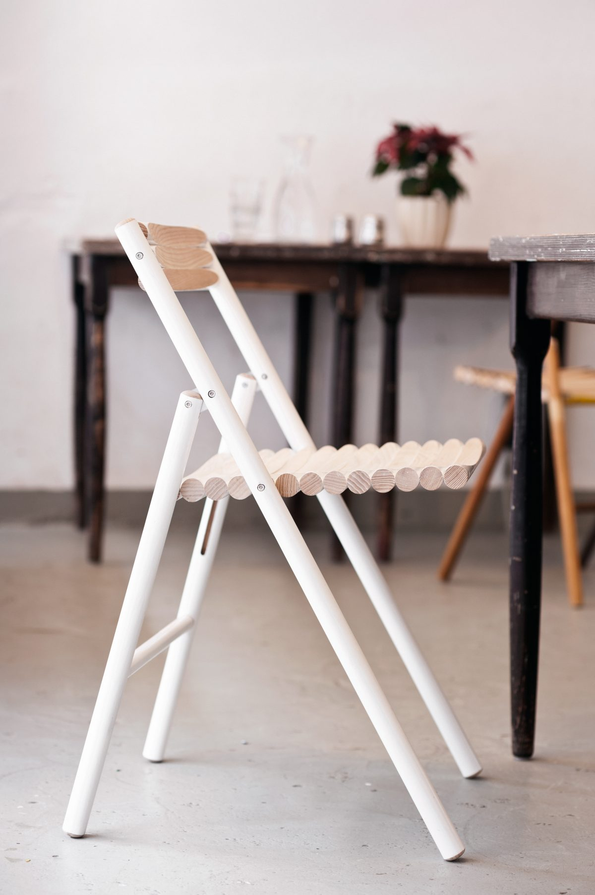 Witte STEEL stoel van bezemstelen van Reinier de Jong