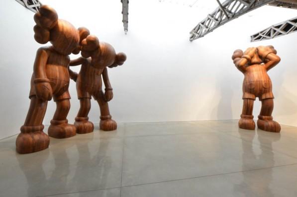 Houten sculpturen KAWS