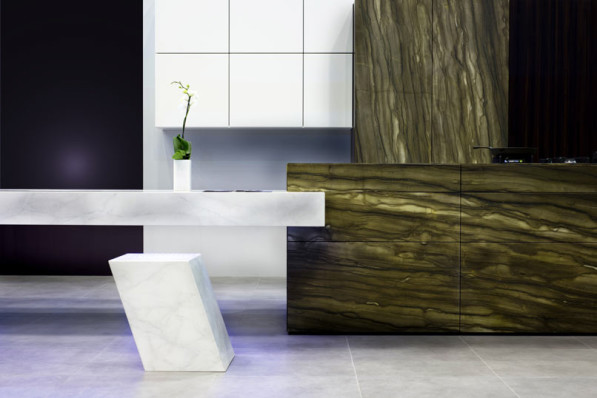 Kookeiland Monolith met zwevende marmer tafel en krukjes
