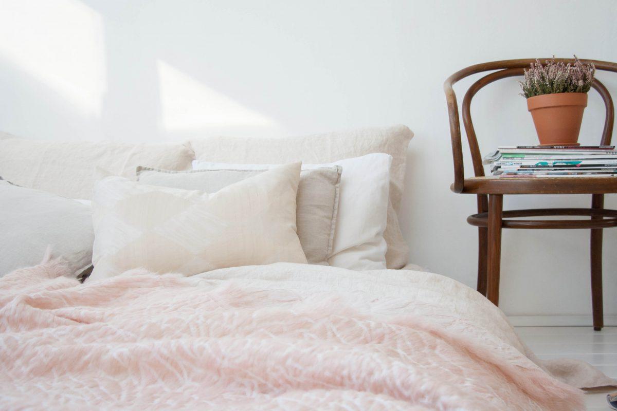 Hide deken roze Nienke Hoogvliet op bed foto Holy Marder