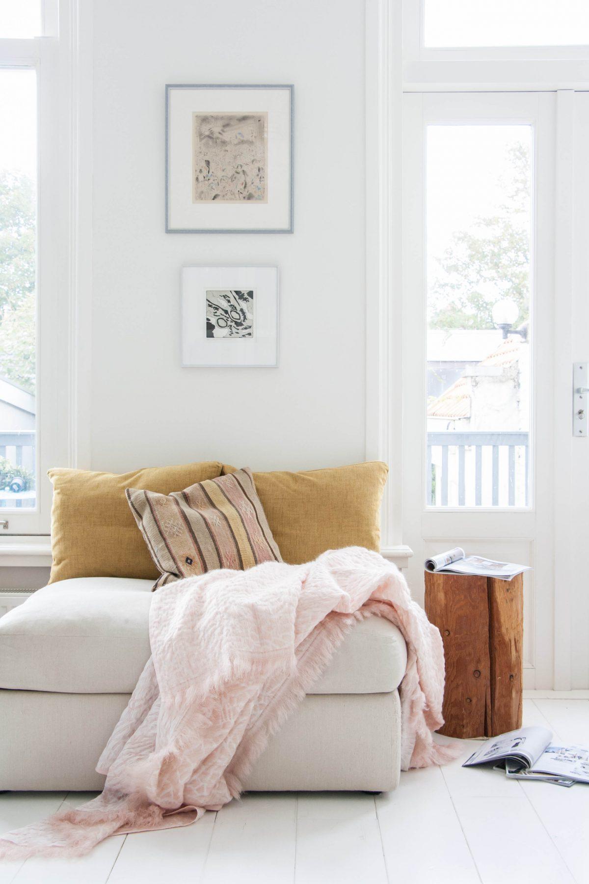 Hide deken roze Nienke Hoogvliet woonkamer foto Holy Marder