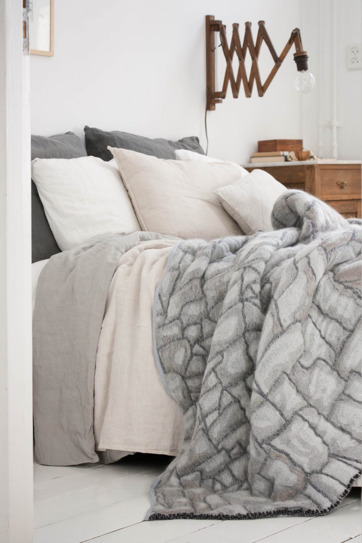 Hide deken grijs bed  designer Nienke Hoogvliet foto Holly Mader