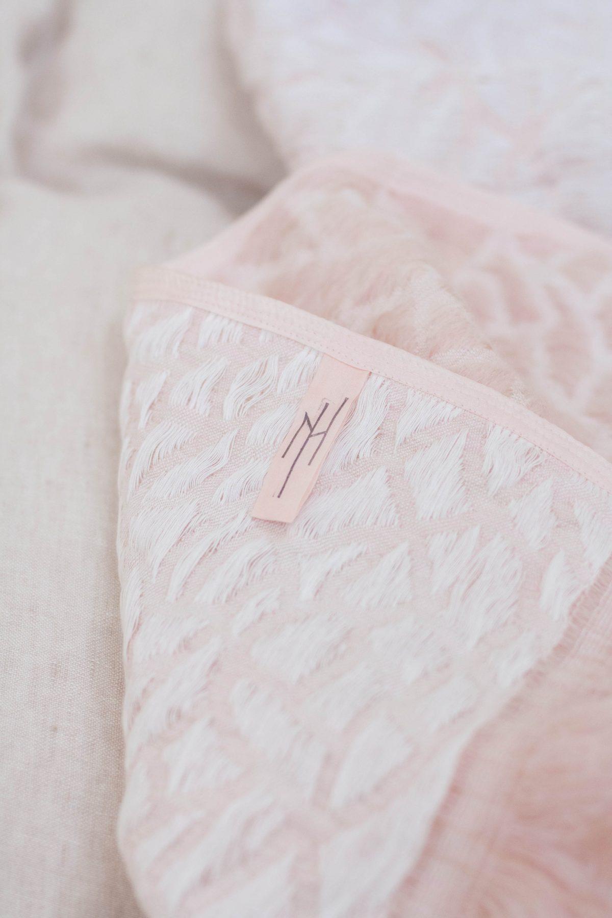 Nienke Hoogvliet Hide deken roze foto-Holy-Marder