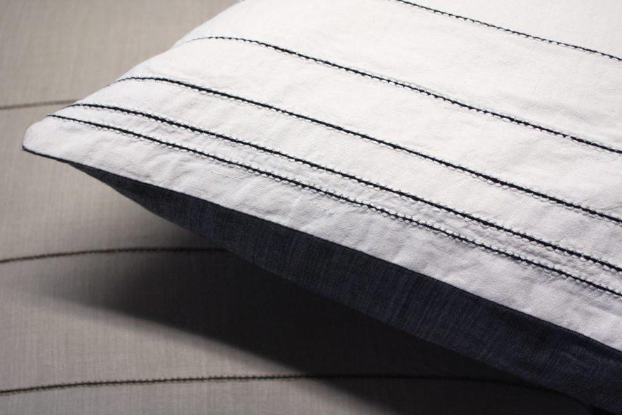 Fibonacci Fabrics cushion Talo uni white detail van label Vij5