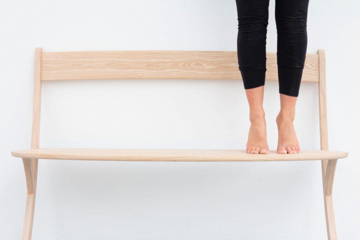 Unieke bank hout Leaning Bench van Izabela Boloz