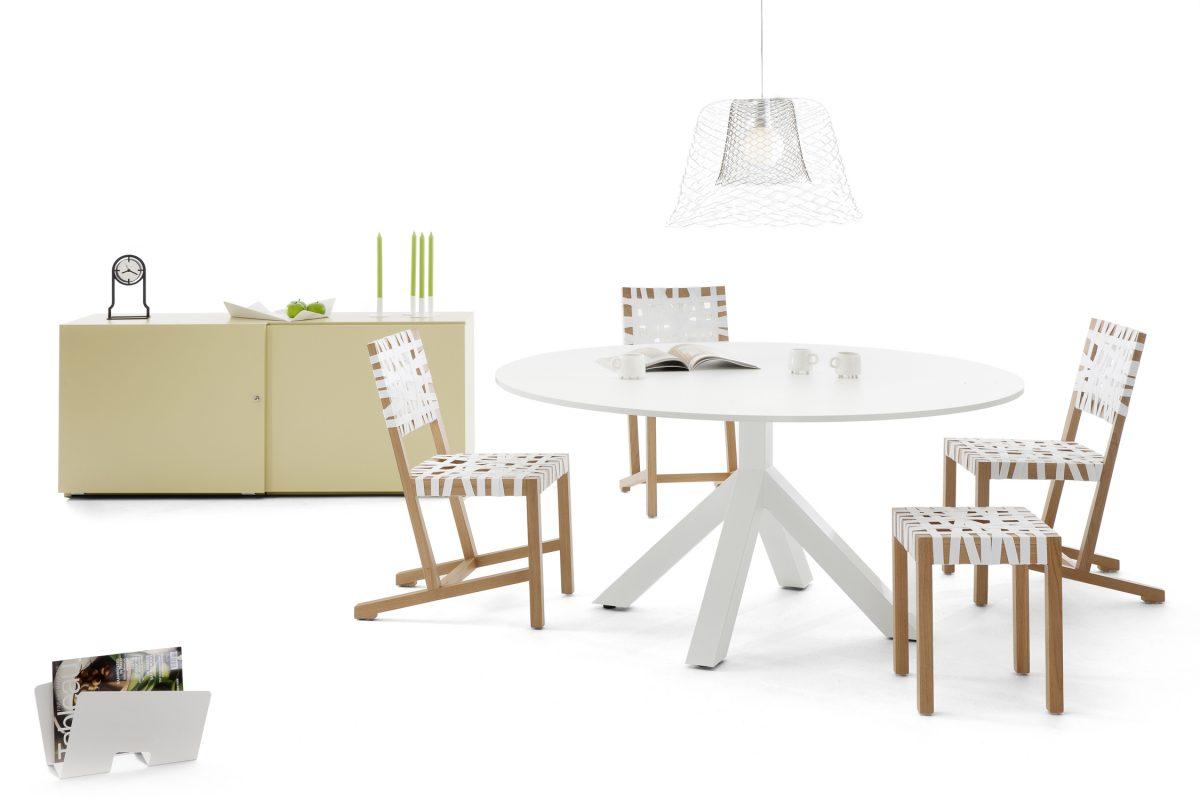 Gispen Dukdalf table eettafel rond wit met Berlage stoelen en kruk en Slingerland lamp