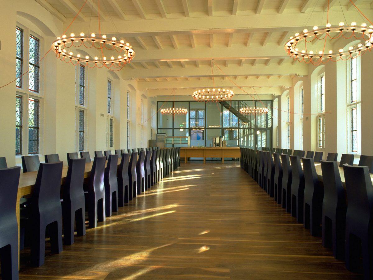 Gispen-Centraal-Museum-kroonluchter-oranje-setting