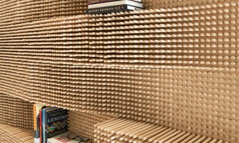 Catch a wave shelf sculpturaal wandmeubel met deuvels van Merge Architects