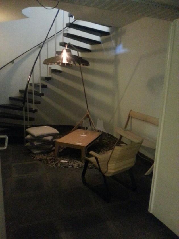 Vloerkleed Manon Juliette-vloerlamp CP80 salontafel en fauteuil van Van Tjalle en Jasper Leaning Bench op Gimmii DDD