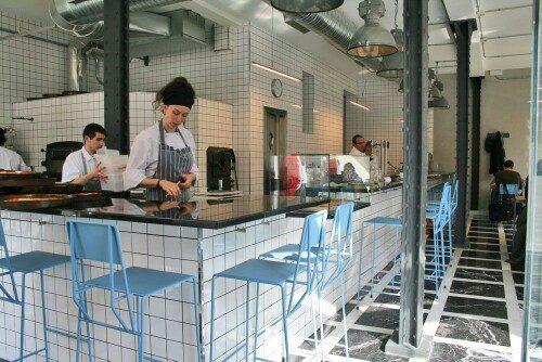 Hensen barstoel blauw New Duivendrecht restaurant Madrid-foto Kranen en Gille