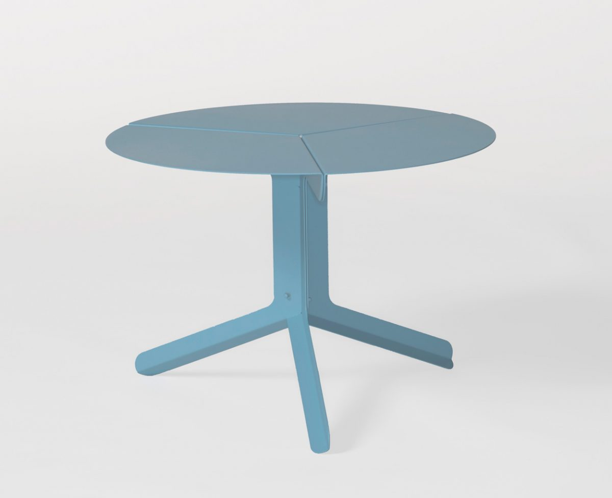New duivendrecht bijzettafel sliced table low blauw design Frederik Roije – gimmii