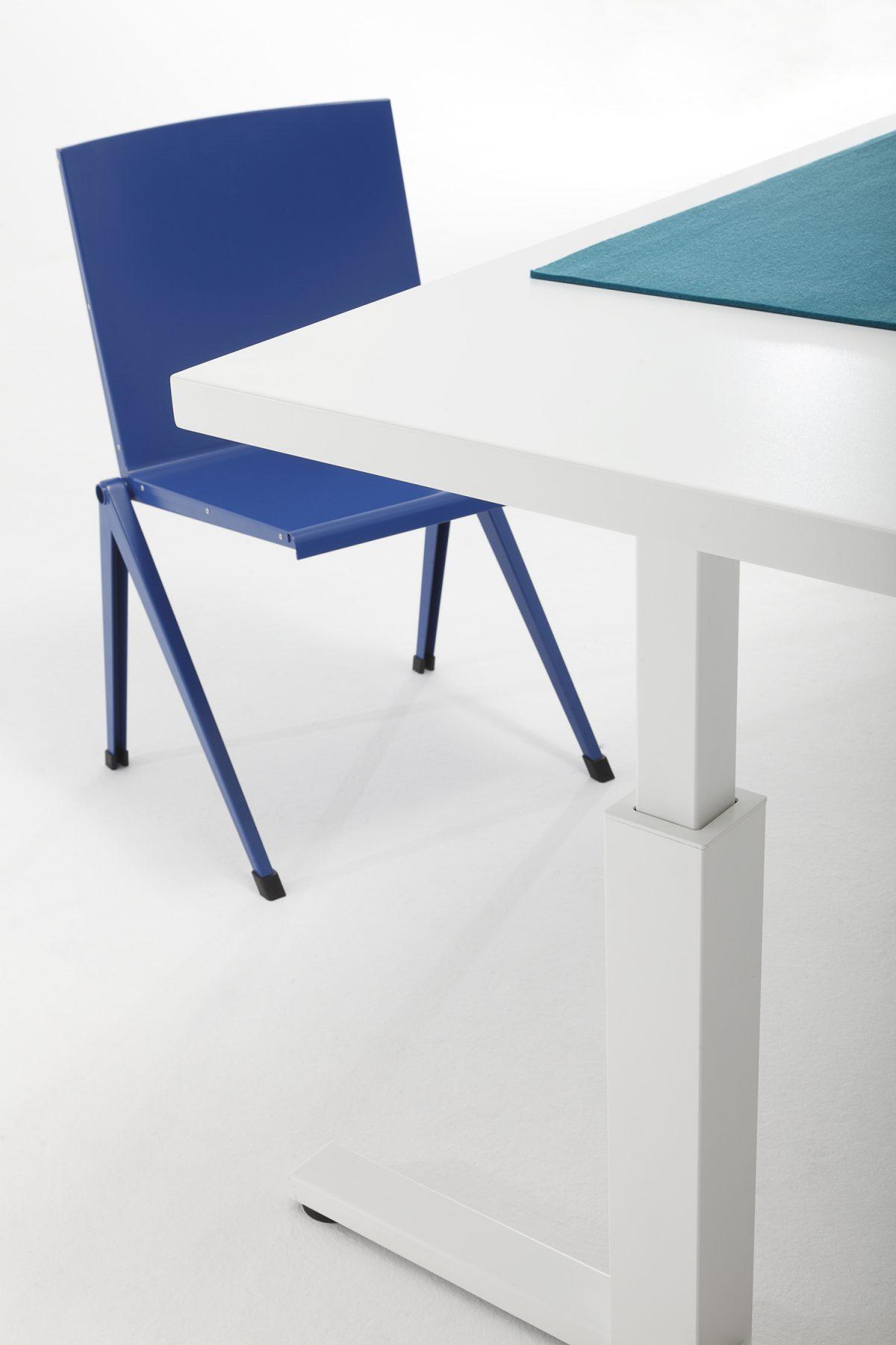 Gispen SteelTop bureau detail met Mondial chair van Rietveld