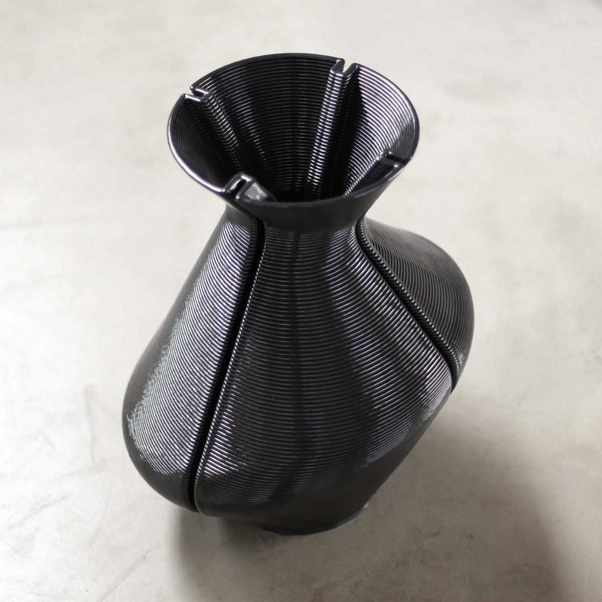Changing Vase, zwart. Photo Studio Dirk Vander Kooij (4)
