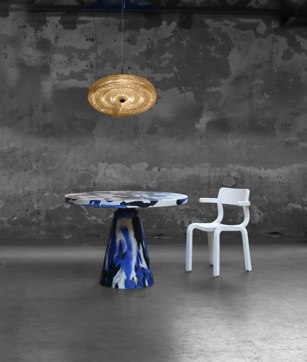 Melting Pot Table kleur Blue Devil, Fresnel Pendant Lamp and RvR Chair natural. Photo Studio Dirk Vander Kooij