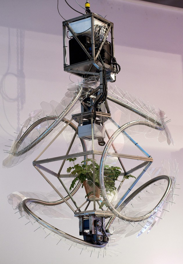 Tiddo Bakker. In Vena Verbum (Message in a Vein) 2012 Kinetic chandelier hands off expositie