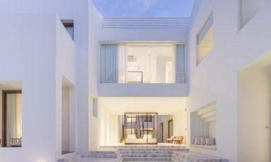 Witte architectuur met ambachtelijke bakstenen