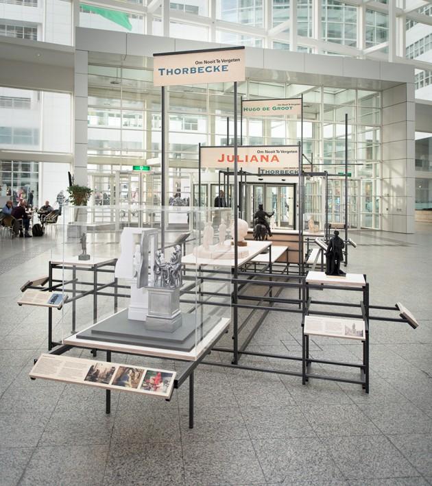 Tot 15 januari 2015 te zien in het Atrium van het stadhuis in Den Haag als onderdeel van de tentoonstelling 'Om nooit te vergeten...' door Stroom Den Haag.